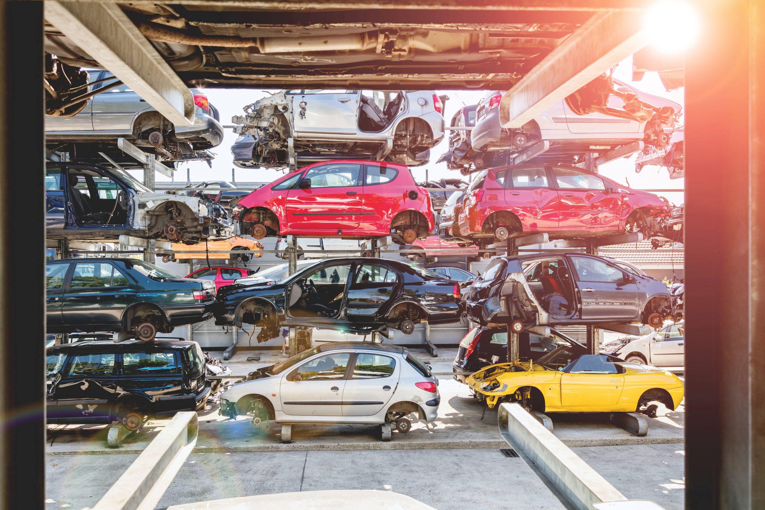 La llegada de los vehículos híbridos y eléctricos conduce a los tradicionales a los desguaces